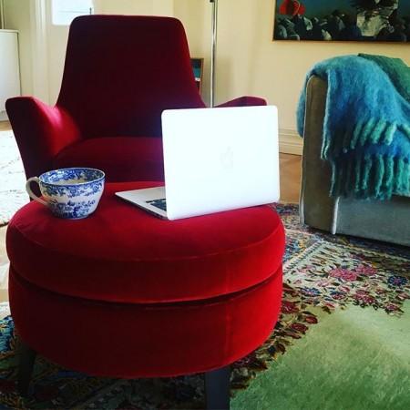 """Min sköna röda """"författarfåtölj"""" 😇 Fick inte så mycket gjort igår i värmen men idag sätter jag igång det första jag gör! Ha en härlig dag! Ta hand om er och varandra! Kram ️#fåtölj #författare #författarliv"""