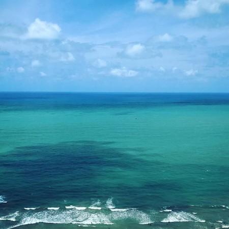 Efter 14 timmar på Arlanda, ett par mellanlandningar och närmare 18 timmar i luften är jag äntligen framme vid den här underbara utsikten i Recife, Brasilien. ÄLSKAR havet. Nu en dusch, en lunch och sedan ta tag i arbetsdagen. Många soliga kramar ️#recife #brasilien #rummedutsikt #utsikt #havet #inspelning #spårlöst