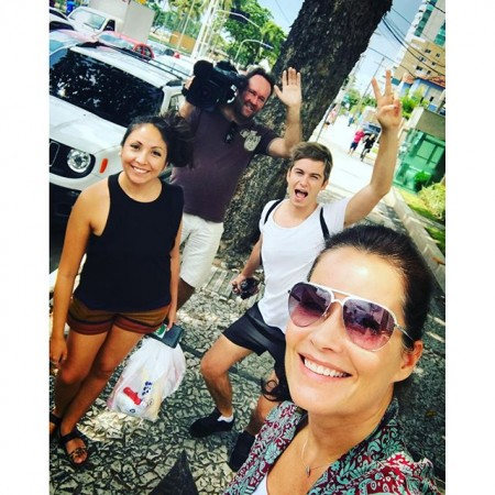 """Här jobbar vi i värmen, och vi klagar inte, vi är bara glada och tacksamma över sol, värme, blå himmel, all grön natur och färgglada blommor. Vi hamstrar färg- och ljusenergi ️ och så skickar vi hem härlig energi till er i Sverige! Stor varm kram från """"Spårlöstteamet"""" i Recife/Brasilien ️#spårlöst #inspelning #recife #brasilien #sol #värme #ljus #färg #energi #kramar"""