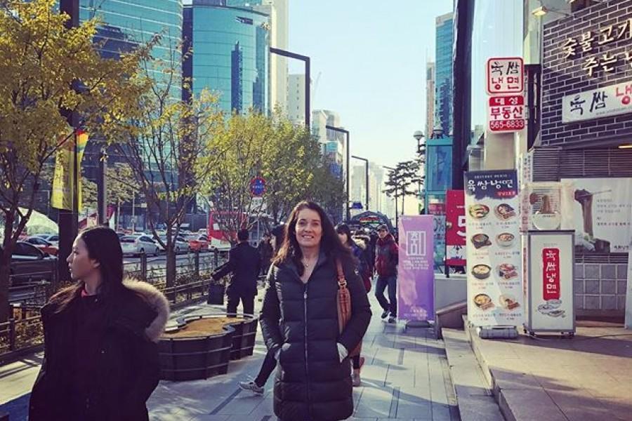 Första intrycket av Seoul är mycket bra! 🏻 Jag fick lite New York känsla idag, som om jag strosade ner längs 5:e avenyn. Det är modernt och medvetet, har en bra energi och andas ett sorts skönt lugn mitt i den pulserande storstaden. Känns fantastiskt att vara här. Ha det gott! Kramar från Seoul ️#seoul #sydkorea #spårlöst #storstad #puls #energi
