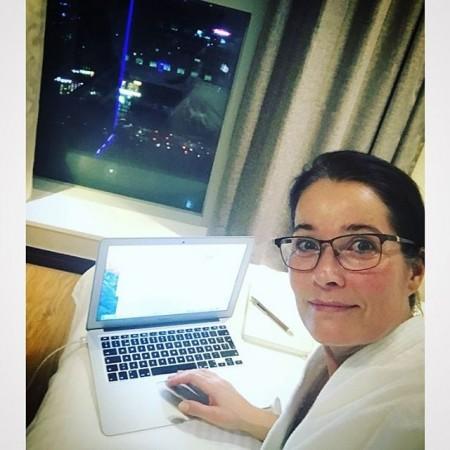 Kämpar för att hålla mig vaken så länge som möjligt på ett hotellrum i Seoul. Piggnade till lite efter en dusch och börjar skriva på nästa bok. Känner att det är dags för en roman!  Önskar er en fin eftermiddag! Kramar från Sydkorea #seoul #sydkorea #hotellrum #skriva #roman #kärlek #livet #världen #författare #torsdag #kram