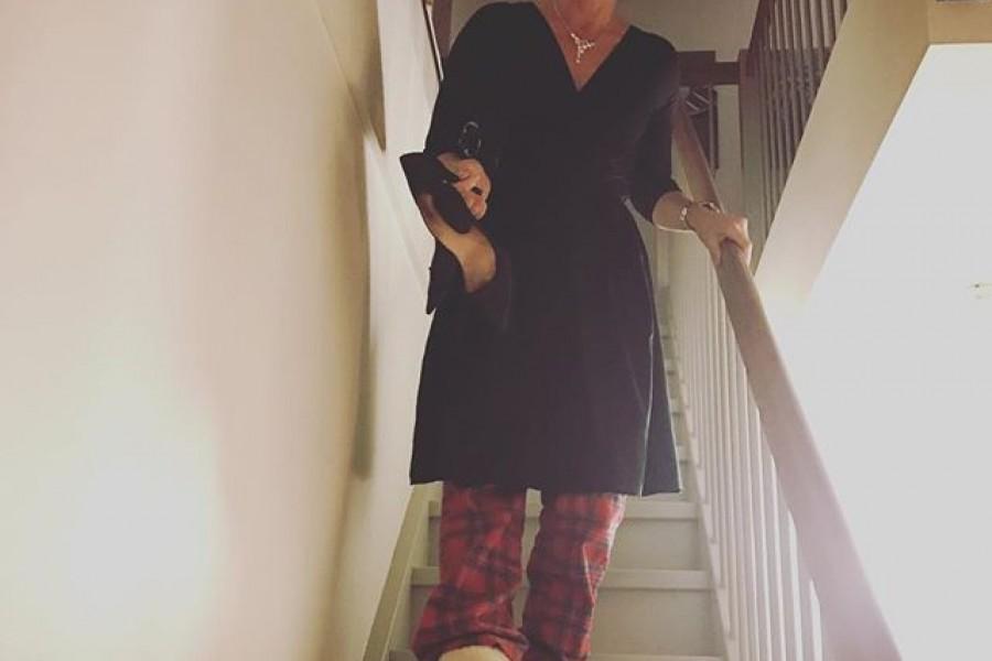 50-års fest  Det var tydligen en liten promenad till middagen. Så det får bli klackskor i hand, ett par sköna mysbyxor under klänningen och min vän Annas @delest uggs 😀🏻Kram #susannefyller50 @connoisseurmagazine #festfin #kram