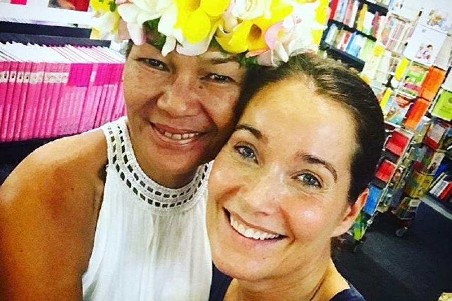 Hon har blommor i sitt hår  Kvinnorna som jobbar i en bokhandel på andra sidan jorden, har blommor i sitt hår ️#bokhandel #tahiti #blommorisitthår
