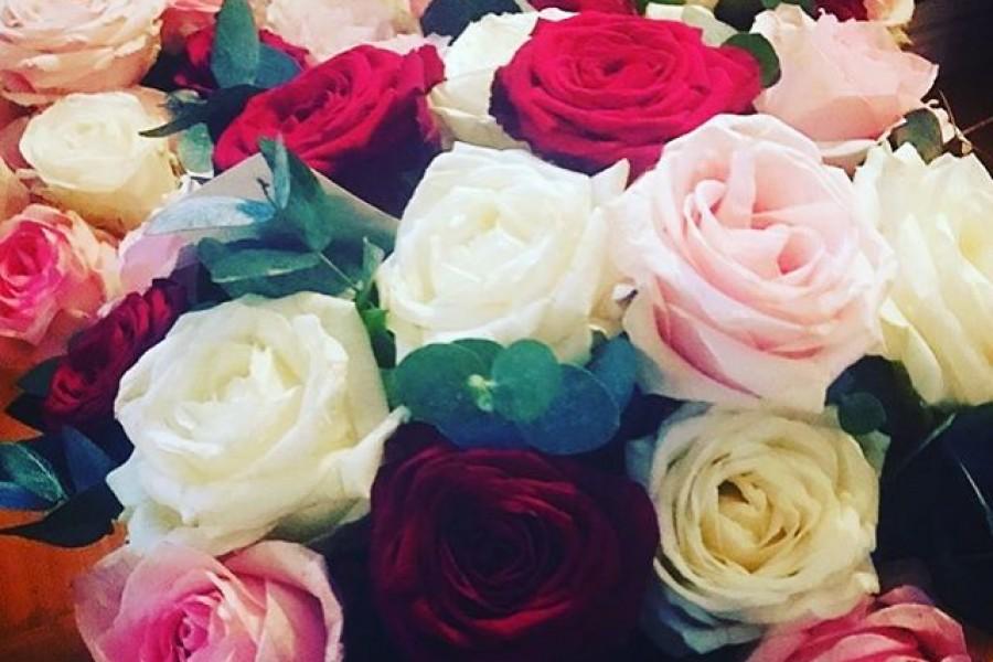 Ett hav av vackra rosor sprider en ljuvlig doft i mitt hem! Önskar er en vacker och kärleksfull Lucia 🕯️️ Kram#rosor #kärlek #lucia #ljus #tahandomdig #tahandomvarandra #kram