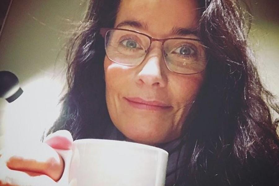 Vaknar till liv med en kaffe på Arlanda 😀️Jag är på väg till en paradisö, på andra sidan jorden, för några kreativa möten inför nästa års dokumentärfilmsinspelningar med The Explorers. Men jag ska vila också, oroa er inte 😀 Jag har ju alltid drömt om att få se hela världen innan jag dör och jag är sannerligen på god väg. Men som sagt jag ska även njuta och vila under den här resan. Bada, känna sanden mellan tårna, se solen gå upp och ner och dricka nyttiga fruktdrinkar under ett parasoll och fylla på med så mycket ljus och vitaminer som möjligt under den här veckan. Ta hand om er och varandra! Stor kram ️#arlanda #kaffe #godmorgon #resa #världen #livet #tahandomdig #tahandomvarandra #ljus #kram #kärlek