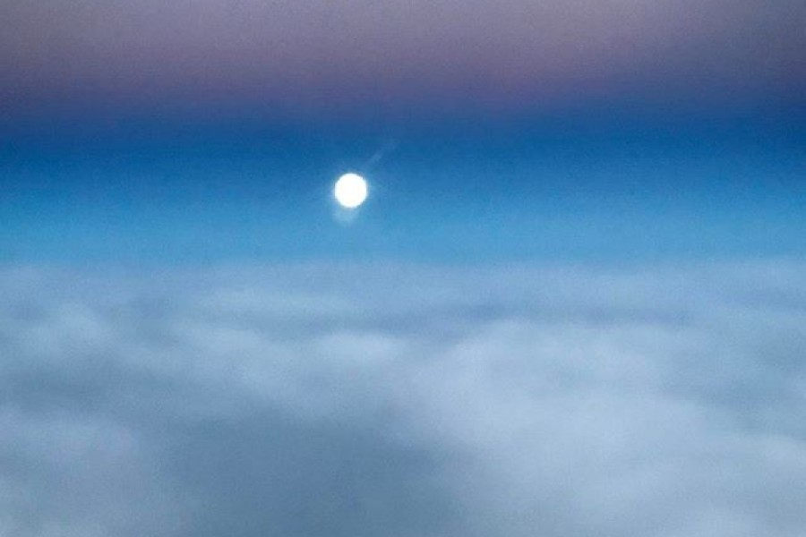 """""""Vad gör man i sin ensamhet när allting är så tyst, när månen sakta stiger efter solens sista kyss. Vad hoppas man de önskningar i livets lyckobrunn ska skänka till en människa i ensamhetens stund."""" En dikt jag skrev när jag var 14 år. Jag vet inte om den är speciellt bra eller ens logisk? Men det är något vemodigt och vackert över den trots allt, och den har av någon anledning etsat sig fast i minnet och blir nu publicerad 35 år senare  En 14 årig flicka med så många tankar och drömmar. Livet. Vi föds vi dör och däremellan tar vi beslut. Vi formar våra liv steg för steg, mellan hopp och drömmar. Så fortsätt att drömma, och vårda drömmen med stor omsorg och kärlek. Ha en fin dag! 🏻 Kram! #livet #dröm #hopp #tankar #nostalgi #dikt #kärlek #kram"""