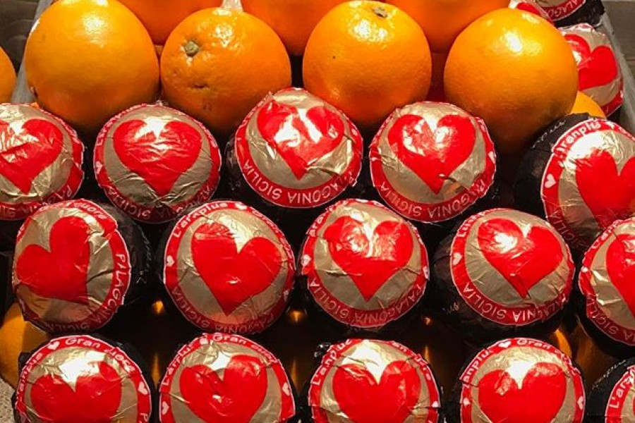 Färgstarkt, hjärtligt och vitaminrikt möte i bästa matbutiken Paradiset som precis har öppnat i mina kvarter 🏻 Sickla/Nacka. Jag kände mig extra välkommen  Önskar er en hjärtlig dag! Kram ️@paradisetmatmarknad #sickla #nacka #ekologiskt #naturligt #ingatillsatser #utantillsatser #apelsiner #vitaminer #hjärtan #färgstarkt