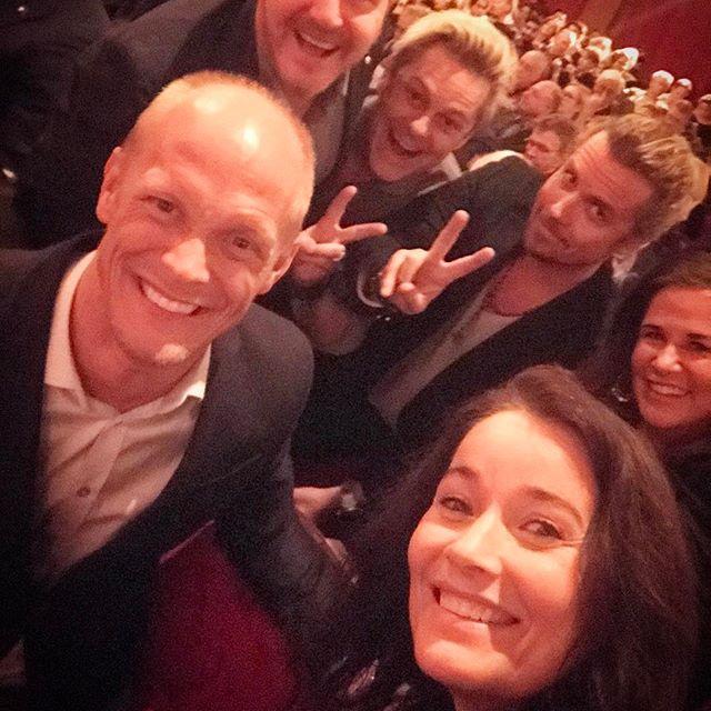 """Premiär av musikalen """"The book of Mormon"""" vi har haft sååå sjukt kul! Helt underbar föreställning. Så mycket energi! Sådan underbar närvaro på scenen och alla gav 100% Linus Wahlgren är makalös! Rollen känns som skriven för honom. Och Per Andersson underbar! Jag måste se den igen 🏻️ Kram #chinateatern #thebookofmormon #heltunderbart #fantastisk #glädje #linuswahlgren @linuswahlgren @peranderssonoffical #tack @johanpetre"""