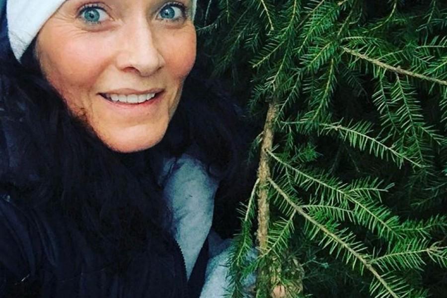 Ibland tänker jag att det kanske vore mysigt att flytta in till stan, men så är det det här med skogen. Jag älskar närheten till naturen och skogen! Jag rensar tankar, tränar och blir lugn inombords när jag är i skogen. Selfie med en gran  Kram på er #älskar #skogen #naturen #nacka #selfie #gran #friskluft #lugnochro #återhämtning #balans #livet #kram