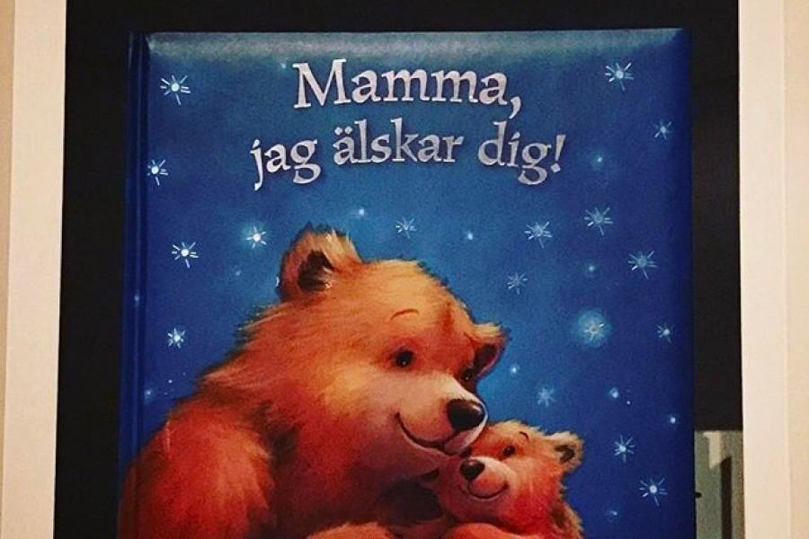 Bästa boken i bokhyllan – present från @majastromstedt En kärlekssaga, innehållande ett kuvert med biobiljetter och middagsinbjudan 🤗🏻️ De bästa tänkbara gåvorna, kärlek och något man kan uppleva tillsammans, eller hur? ️ Ha en fin kväll! Kram #gåva #present #bästapresenten #älskadedotter #tacksam #kärlek #mamma #dotter #jagälskardig #kram