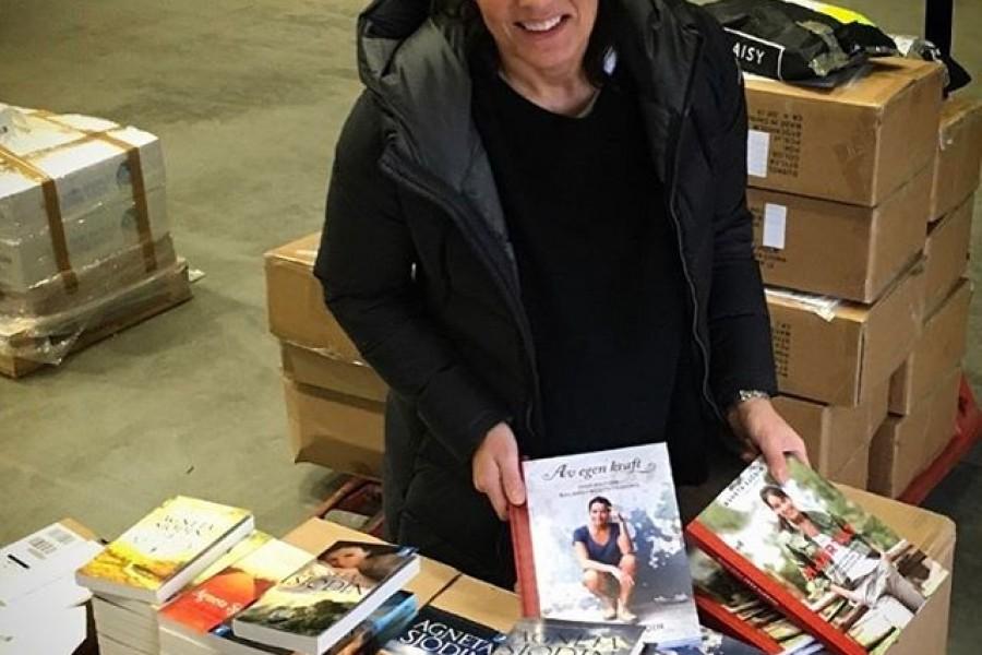 Nu finns det signerade böcker att köpa från webbshoppen på min hemsida www.agnetasjodin.com 🏻 Jag har just levererat till lagret i Jordbro, som hjälper mig med distributionen. Kram på er och ha en härlig kväll! ️#böcker #webbshop  #enkvinnasresa #enavdetolv #ettljusimörkret #flickanfrånparadiset #enkvinnashjärta #avegenkraft #frånhjärtat #läslust #romaner #inspiration #kärlek #kram