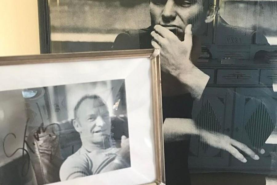Hurra!!! Min idol Sting får Polarpriset 🏻 Som ni ser så pryder han mitt hem  Jag har både ett signerat foto och ett foto taget av Anton Corbijn. Sting har funnits i mitt liv sedan 14års ålder. Min första konsert, när jag var 16år, var med The Police. Sedan har jag inte missat en enda konsert med honom i Sverige! Så jag säger hurra och äntligen!!!!!!! 🏻️ #polarpriset #sting #hurra #äntligen #lycka #glädje #kärlek #idol