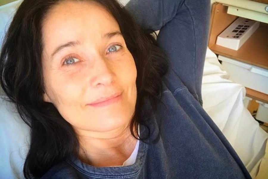 Titta vad glad jag är  Lite blek om nosen kanske men glad. Tack för all pepp och alla lyckönskningar. Henrik Olivecrona och hans stab gjorde som vanligt ett lysande jobb. Samma operationssal som april 2015, cirkeln är sluten och jag har fått med mig en souvenir hem. Nu ska jag hemma och gosa med min dotter @majastromstedt  Kram på er alla fina och omtänksamma människor! Ni är bra!! ️#tack #karolinskauniversitetssjukhuset #tacksam #glad #livet #tahandomdig #tahandomvarandra #kram
