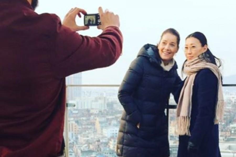 """I slutet av november förra året reste jag med Sofie till Sydkorea för att söka hennes rötter. Ikväll kl 21 i 7:an får ni som vill följa med på den resan i """"Spårlöst"""" 🏻 Kramar #spårlöst #tv4 #sjuan #kl21 #känslor #hjärtat #livet #möten #kärlek #söndag #kram"""