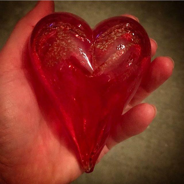 Här är det! Glashjärtat jag blåste på @stockholmsglasbruk på @skansen ️ Känner mig väldigt glad och nöjd! Och eftersom jag hämtade det idag på Internationella Kvinnodagen, så får det bli mitt internationella kvinnodagshjärta 🏻 Kram! #hjärta #glas #glasblåsning #skansen #stockholm #glasbruk #internationellakvinnodagen #kvinnor #kraft #systerskap #gemenskap #kärlek #kram