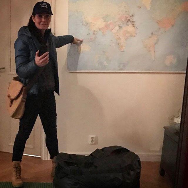 """️ På väg till andra sidan jorden för mitt livs äventyr. Jag ska filma i två veckor på Nya Guinea i Indonesien. Ett internationellt dokumentärfilmsprojekt """"The Explorers"""" En expedition för att dokumentera - djur, natur och naturfolk i världen. Min del är naturfolken. Jag ska möta stammar som Dani, Asmat och Korowaifolket (Ni som är nyfikna kan googla) Det här är en plats på jorden som väldigt få besöker.Jag skulle ljuga om jag sa att jag inte är nervös. Det känns sjukt långt utanför min bekvämlighetszon. Jag kommer med stor sannolikhet ha dålig uppkoppling och mottagning på de platser jag besöker. Ska bl.a. tillbringa tre nätter hos Korowaifolket som bor i trädhus byggda mellan 10-45 meter upp i träden Så om ni inte hör ifrån mig på ett par veckor så vet ni varför. Men jag har en lång resa framför mig och kanske dyker det upp ett litet hej från någon flygplats utmed vägen innan djungeln. Och självklart hör jag av mig om jag plötsligt blir uppkopplad  Annars, massor med kramar! Ta hand om er och varandra! ️ www.theexplorers.com #resa #äventyr #theexplorers #indonesien #nyaguinea #westpapua #andrasidanjorden #dokumentärfilm #expidition #djur #natur #naturfolk #tahandomdig #tahandomvarandra #kärlek #kram"""