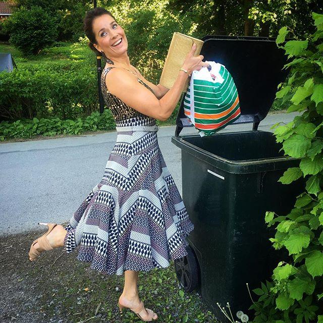 klänning till 50 års fest Agneta Sjödin | Det är inte varje dag man slänger soporna i en  klänning till 50 års fest